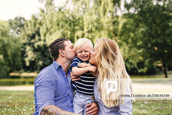 Fröhlichkeit Sohn küssen Menschliche Eltern