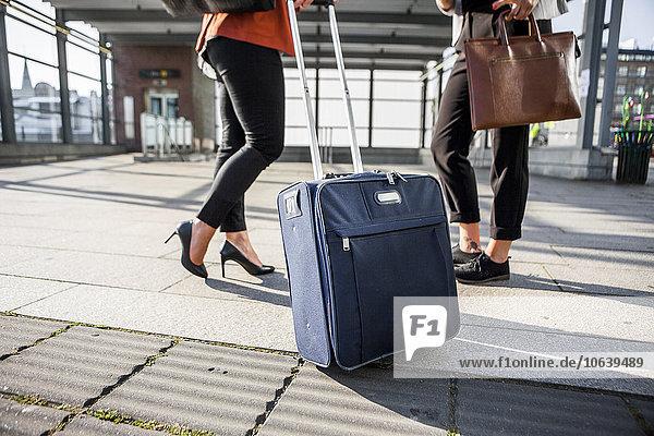 niedrig Anschnitt stehend Geschäftsfrau Straße Gepäck