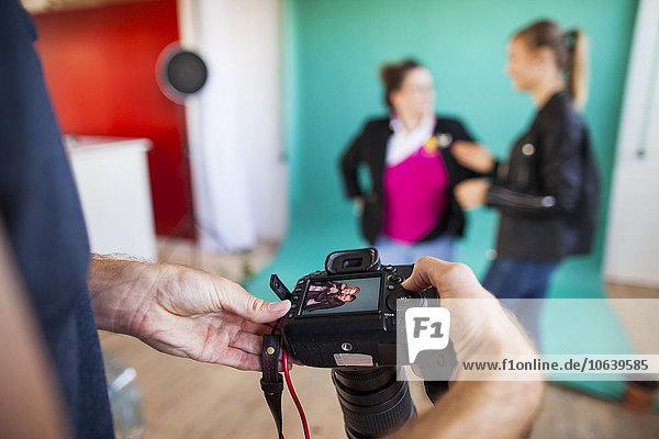 Anschnitt Fotografie Diskussion Prüfung Modell Hintergrund Blick in die Kamera Fotoapparat Kamera Fotograf Studioaufnahme