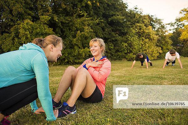 Frau Fröhlichkeit Schwester Hilfe üben strecken Sport
