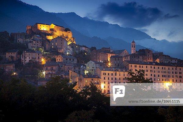 Altstadt mit Festung bei Dämmerung  Corte  Haute-Corse  Korsika  Frankreich  Europa