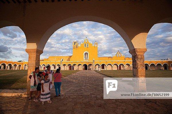 Frauenkloster Frau Tradition Mexiko Mittelamerika Ethnisches Erscheinungsbild Kleid Izamal Kloster Padua Yucatan