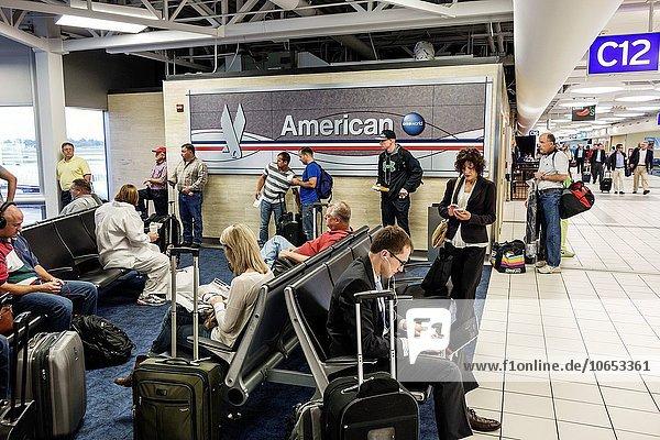 sitzend Frau Mann Notebook warten Passagier Abflughalle Airline Wartehalle Abreise Missouri