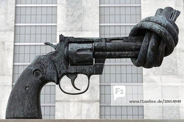 Pistole mit Knoten im Lauf  Skulptur von Carl Fredrik Reuterswärd vor dem UNO Hauptquartier  Manhattan  New York  USA  Nordamerika