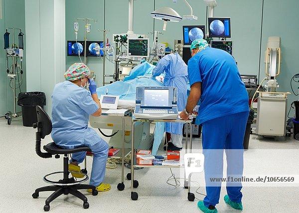 02 Position Zimmer Fürsorglichkeit Einheit Defibrillator intensiv handhaben Baskenland