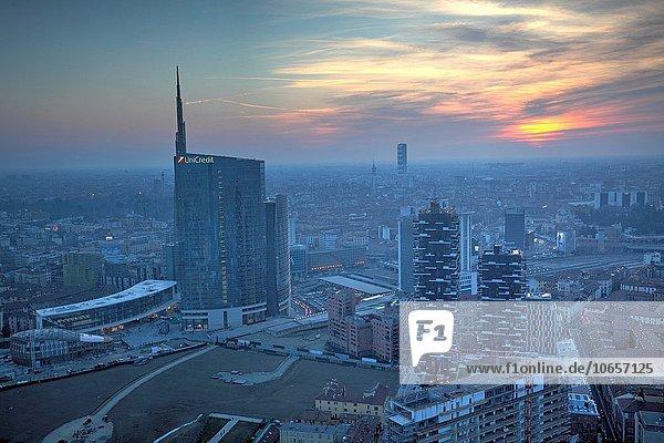 Stadtbild von Mailand von der Spitze des Lombardei-Gebäudes  Mailand  Italien.