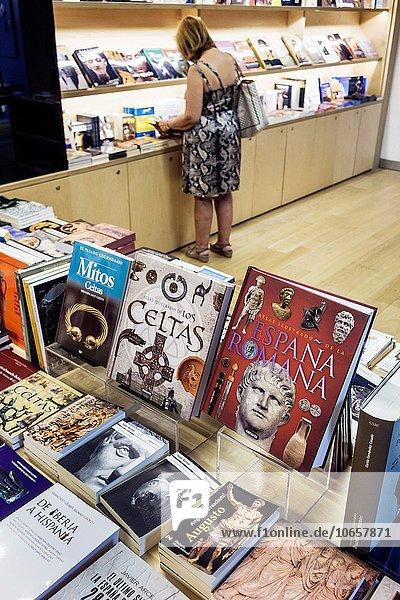 zeigen Madrid Hauptstadt Europa Frau sehen Buch Hispanier blättern innerhalb kaufen Souvenir verkaufen Souvenirladen Salamanca Spanien spanisch