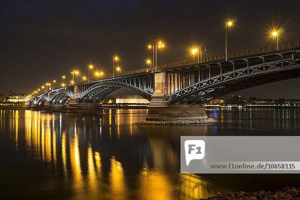 Theodor-Heuss-Brücke über dem Rhein bei Nacht  Mainz  Rheinland-Pfalz  Deutschland  Europa