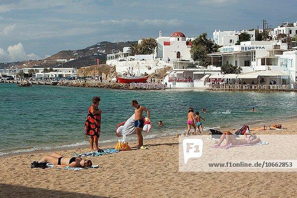 Europa Mensch Menschen Strand Stadt Sand Kykladen Griechenland Griechische Inseln Mykonos