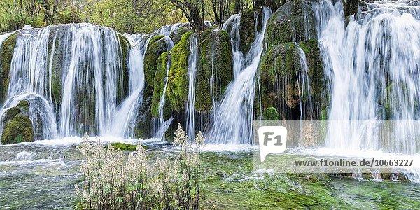 Wasserfälle am Pfeilbambussee  Jiuzhaigou-Nationalpark  Provinz Sichuan  China  Asien