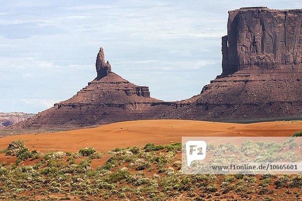 Felsformation und Sandfläche im Monument Valley Navajo Tribal Park  Arizona  USA  Nordamerika