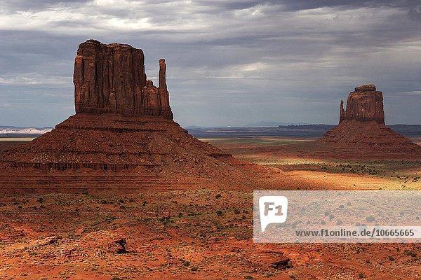 Felsformationen  West Mitten Butte und East Mitten Butte  nach einem Gewitter  Gewitterwolken  Abendlicht  Monument Valley Navajo Tribal Park  Arizona  USA  Nordamerika