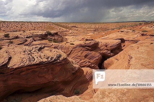 Sandsteinformation  Ausblick in den Lower Antelope Canyon  Slot Canyon  hinten Gewitterwolken  Page  Arizona  USA  Nordamerika