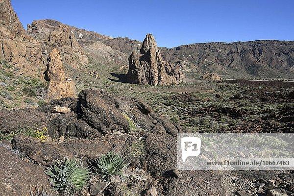 Die Roques de Garcia  Vulkanlandschaft  hinten der Felsen La Catedral und die Hochebene Llano de Uruanca  Teide-Nationalpark  UNESCO Weltnaturerbe  Teneriffa  Spanien  Europa