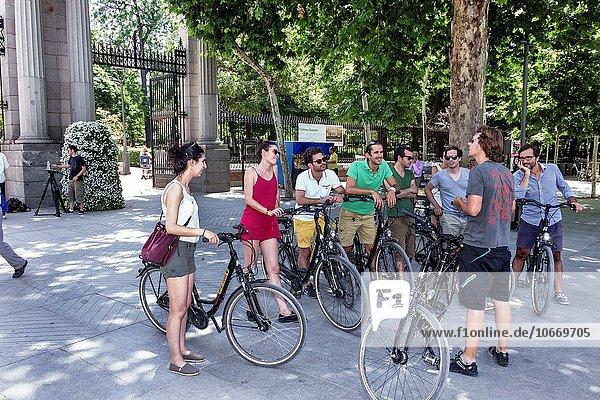 Führung Anleitung führen führt führend Madrid Hauptstadt Europa Frau Mann zuhören Eingang Hispanier sprechen Fahrrad Rad Spanien spanisch