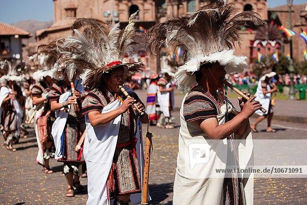 Fest festlich Stilleben still stills Stillleben Stadtplatz Musiker Fokus auf den Vordergrund Fokus auf dem Vordergrund Festival Cuzco Cusco Peru Südamerika