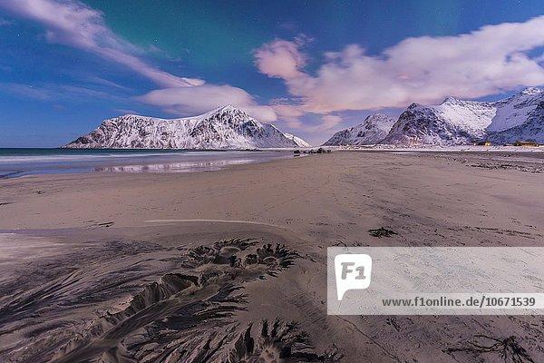 Polarlicht über Strand von Skagsanden  Muster im Strand  Lofoten  Norwegen  Europa