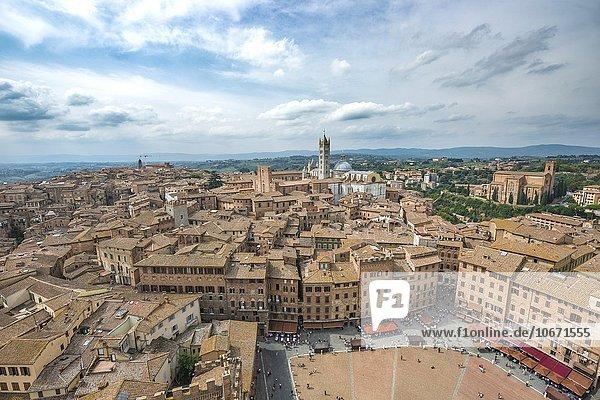 Ausblick über Altstadt mit dem Piazza del Campo und Dom von Siena  Siena  Toskana  Italien  Europa