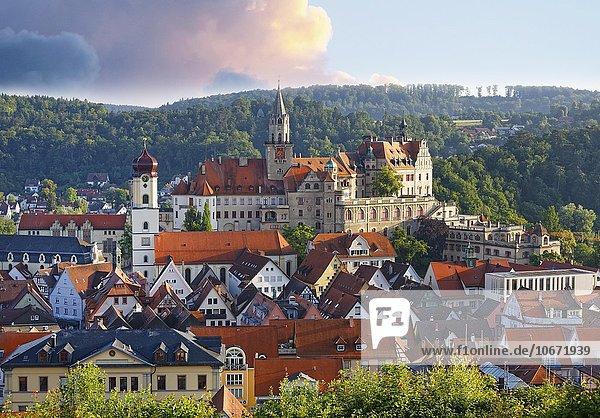 Schloss Sigmaringen und Stadtpfarrkirche St. Johann Evangelist  Altstadt von Sigmaringen  Oberschwaben  Schwaben  Baden-Württemberg  Deutschland  Europa