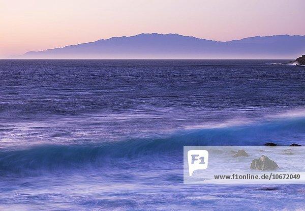 Meereswelle  Dämmerung  hinten die Insel La Palma  Valle Gran Rey  La Gomera  Kanarische Inseln  Kanaren  Spanien  Europa Meereswelle, Dämmerung, hinten die Insel La Palma, Valle Gran Rey, La Gomera, Kanarische Inseln, Kanaren, Spanien, Europa