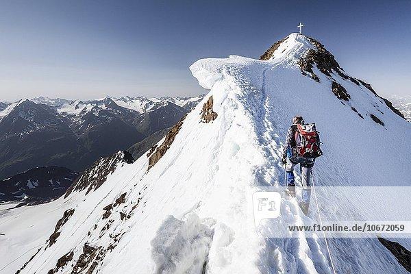 Bergsteiger beim Aufstieg auf die Wildspitze über den Nordostgrat im Venter Tal  Vent  Sölden  Ötztal  Alpen  Tirol  Österreich  Europa