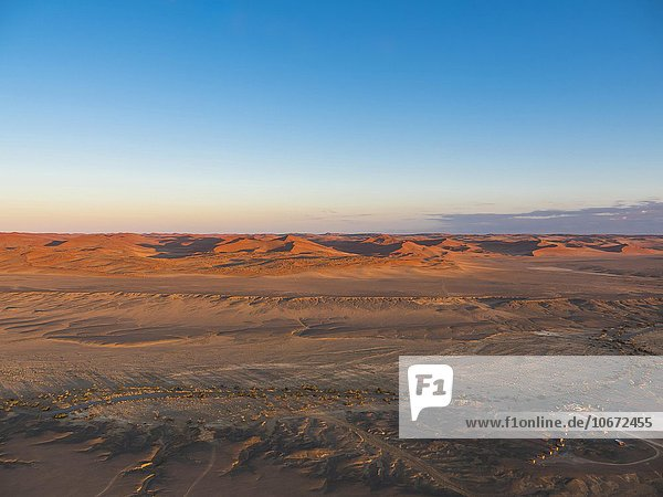 Morgenlicht  Kulala Wilderness Reserve  Namib-Wüste  Tsarisberge  Trockenfluss Tsauchab  Hammerstein  Sossusvlei  Namib-Naukluft-Nationalpark  Namibia  Afrika