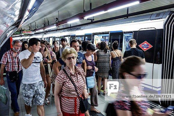Madrid Hauptstadt Europa Frau Mann Plattform Hispanier Passagier U-Bahn Metro Spanien spanisch Haltestelle Haltepunkt Station Unterirdischer Gang Zug