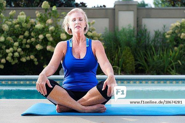 blond Frau Sport Garten Kleidung Schwimmbad Hinterhof alt Jahr
