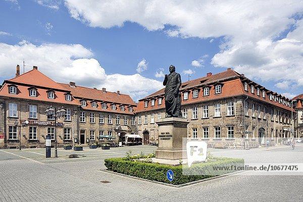Poststallgebäude und barockes Bürgerhaus mit Jean-Paul-Denkmal  Jean-Paul-Platz  Bayreuth  Oberfranken  Bayern  Deutschland  Europa