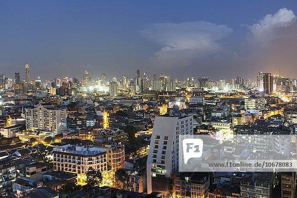 Stadtansicht  Skyline mit Hochhäusern von Finanzviertel Bang Rak in der Dämmerung  Silom District  Panorama-Blick vom Grand China Hotel  Chinatown  Bangkok  Thailand  Asien