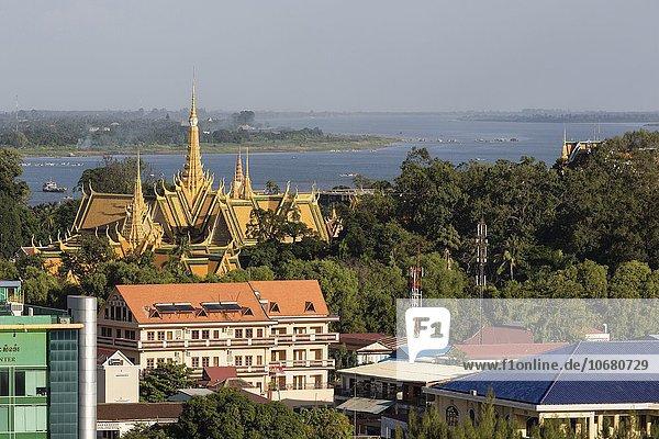 Ausblick mit Königspalast  Tonle Sap Fluss und Mekong  Stadtansicht  Phnom Penh  Kambodscha  Asien