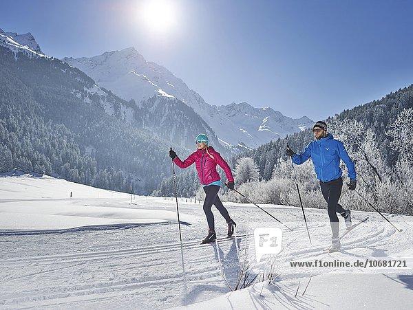 Frau und Mann beim Langlaufen  Seilrain  Sellraintal  Stubaier Alpen  Tirol  Österreich  Europa