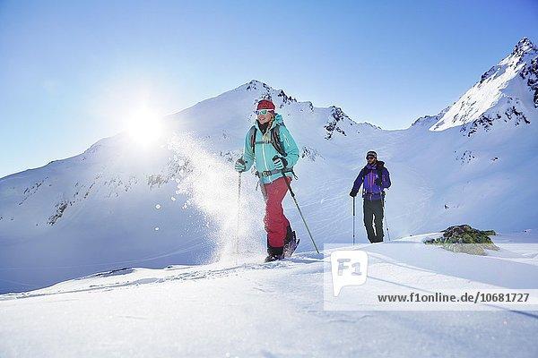 Zwei Skitourengeher beim Aufstieg  Kühtai  Tirol  Österreich  Europa