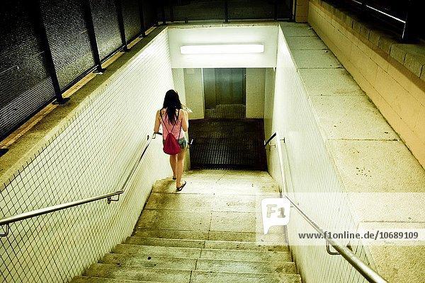 Stufe junge Frau junge Frauen Kleidung Sommer Nacht Tunnel Katalonien Spanien