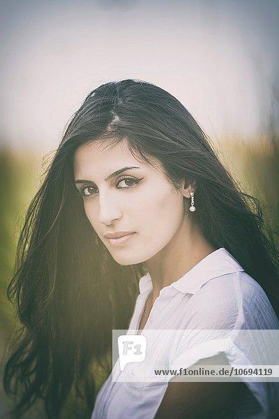 Außenaufnahme junge Frau junge Frauen Portrait Schönheit freie Natur