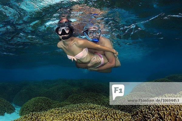 Bodenhöhe Wasser Frau Schönheit über fließen jung Malediven Indischer Ozean Indik Riff
