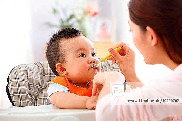 füttern Mutter - Mensch Baby