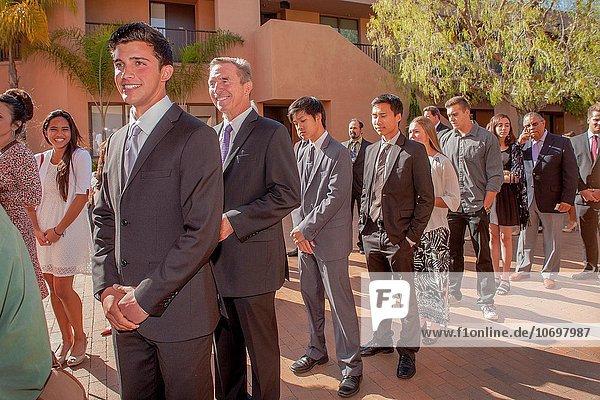 hoch oben Jugendlicher Stolz Religion Zeremonie multikulturell Kalifornien 1 katholisch Produktion unterrichten Nachmittag 7 sieben Erwachsener Konfirmation Linie Sonne