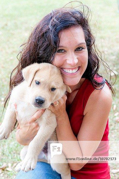 Frau sehen lächeln halten Bauernhof Hof Höfe braunhaarig Blick in die Kamera jung alt Welpe Jahr