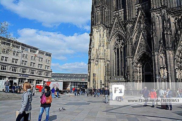 Europa Kathedrale Fassade Hausfassade Zug Ansicht Köln Deutschland Haltestelle Haltepunkt Station Nordrhein-Westfalen