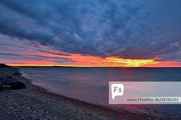 Himmel über Sonnenaufgang See Kanada Nunavut