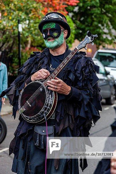 Außenaufnahme Großbritannien warten Tänzer Stadt zeigen Festival Mensch Sussex Kneipe Schneeglöckchen