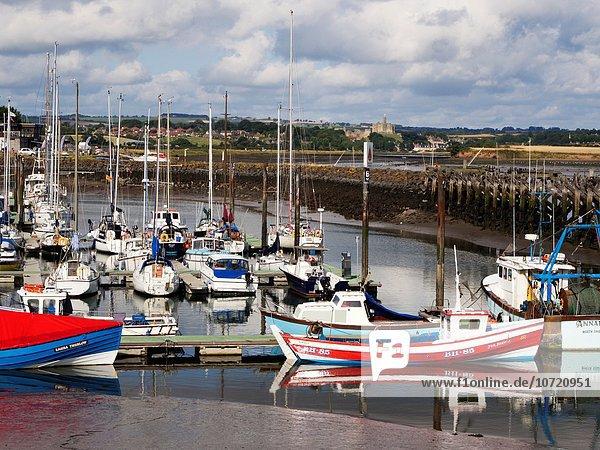 entfernt Palast Schloß Schlösser Meer Jachthafen England Northumberland Warkworth
