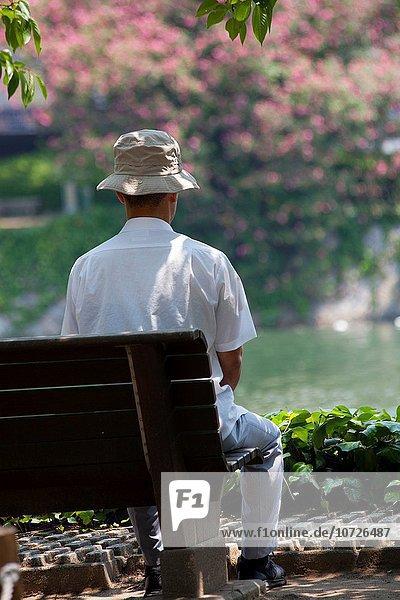 Mann sehen Fluss Hiroshima Japan