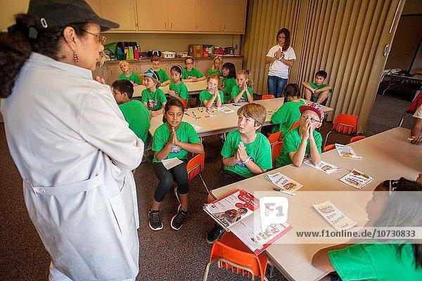 Urlaub führen grün Hemd multikulturell Kalifornien Führung Anleitung führt führend Bibel Gebet
