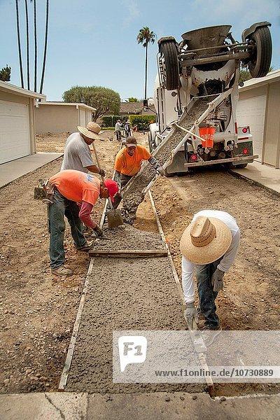 Mörtel bauen eingießen gießen arbeiten Hispanier Nostalgie Kalifornien Parkplatz Pflasterstein Pflaster