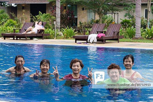 Zusammenhalt Freundschaft Zeit gute Nachricht gute Nachrichten Schwimmbad Malaysia Sarawak