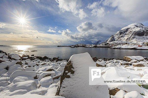 Winter Landschaft Norwegen Insel beleuchtet Lofoten typisch Reine Sonne