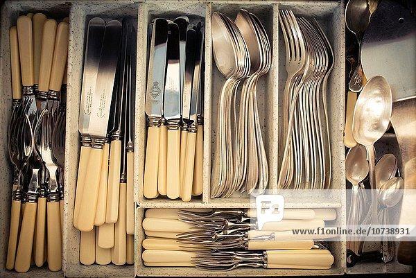 Silberbesteck Mittelgroße Menschengruppe Mittelgroße Menschengruppen Gerät geben schneiden Messer Löffel Kaffee voll