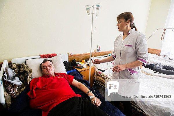Patientin Faxgerät arbeiten Krankenhaus Gesundheitspflege Konflikt Gerät unzureichend Ukraine Pipette Prüfung Krankenschwester Schwester Schwestern 30 Militär modern alt überladen russisch